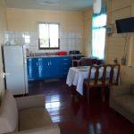 Woonkamer-met-open-keuken-Aluminiumstraat-Paramaribo